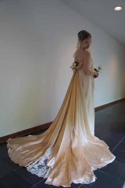 ベージュのクレープサテンのウェディングドレス