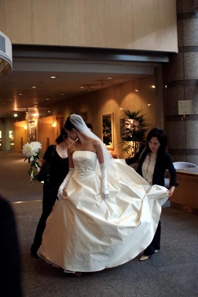 サテンシルクのウェディングドレス