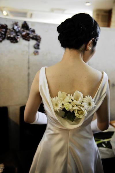 生花を背中に挿したウェディングドレス姿、カトリック山手教会での結婚式